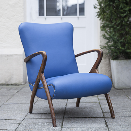 armchair_blue_wooden_armrests