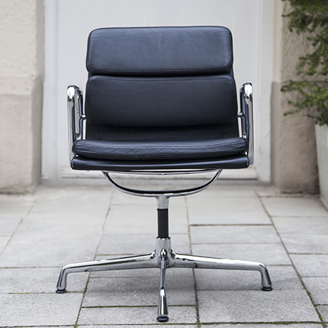 Schlichtes DesignEames_vitra_pad_chair_black_leather_1