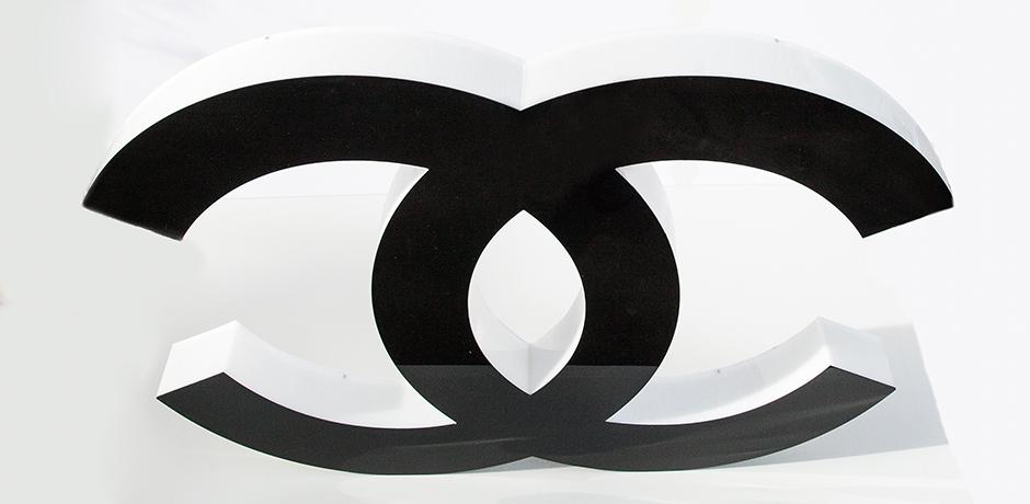 Coco-Chanel-buchstabe-schwarz-werbeschild