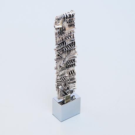Arnaldo-Pomodoro-stele-objekt-silber-figur