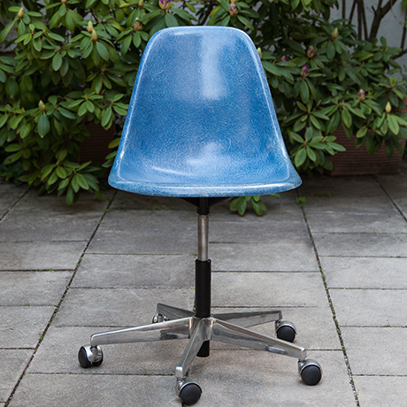 Schlichtes DesignCharles-Eames-chair-stool-fiberglass-blue