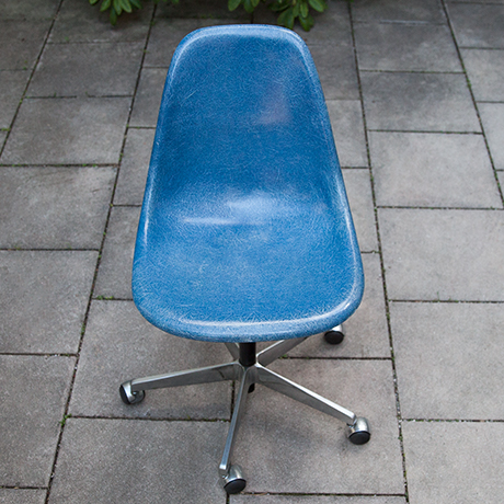 Charles-Eames-chair-stool-fiberglass-blue