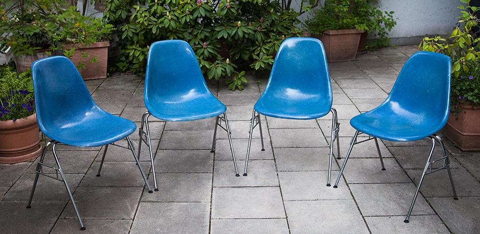 Charles-Eames-Stapelstuehle-Stuehl-blau-fiberglas