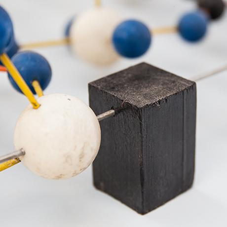 Atomobjekt-Modell-holz-blau-weiss